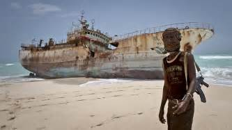 ソマリア:Masked Somali pirate Abdi Ali stands near ...