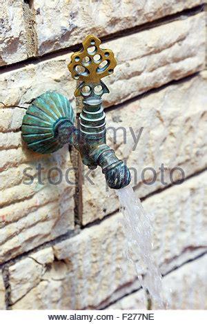 Wasser An Der Wand by Wasser Flie 223 T Aus Wasserhahn Im Freien An Einem Sonnigen