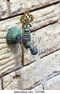 Wasserhahn Aus Der Wand : wasser flie t aus wasserhahn im freien an einem sonnigen tag stockfoto bild 69190488 alamy ~ Eleganceandgraceweddings.com Haus und Dekorationen