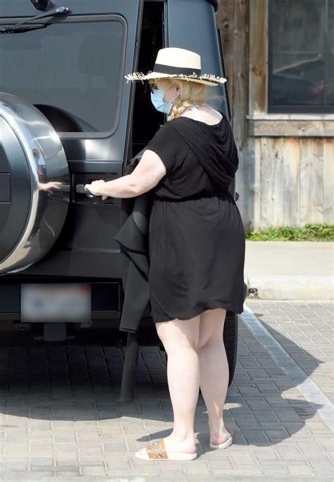 rebel wilson   black dress pumps gas  malibu