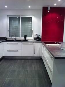 Fond De Hotte Verre : cuisine blanche mur framboise avec des ~ Dailycaller-alerts.com Idées de Décoration