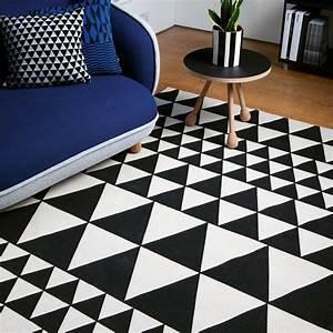 Tapis Graphique Noir Et Blanc : le tapis design la tendance de l 39 ann e ~ Teatrodelosmanantiales.com Idées de Décoration