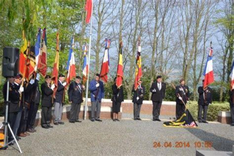 bloemen voor russiche soldaten herdenking slag van kemmel woi