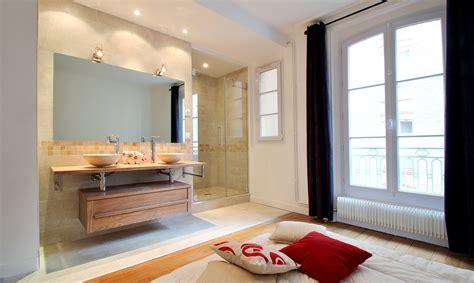 salle de dans chambre aménagement salle de bain ouverte vasque bois creusé et