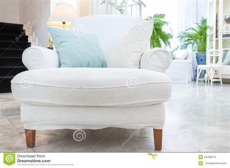 Poltrona Branca Com O Descanso Na Sala De Visitas, Estilo