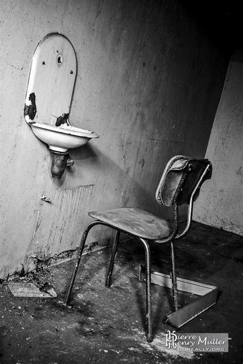 chaise noir et blanc chaise de l 39 angoisse à la morgue de l 39 hôpital richaud