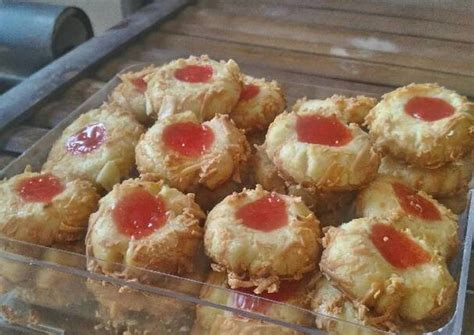 An old fashioned cookie but a classic and incredibly delicious! Resep Thumbprint Strawberry Cookies oleh Fitriani Sri Rejeki - Cookpad