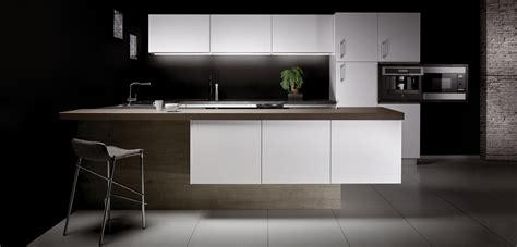 cuisine gris et blanc cuisine bois gris et blanc laqué plan de travail quartz