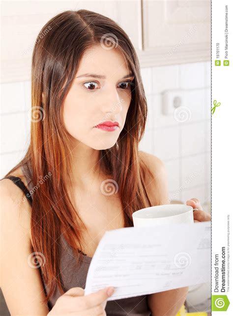 femme caucasien de beautifu dans la cuisine photo stock
