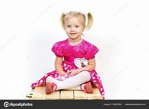 Mädchen Spielzeug 3 Jahre : kleines m dchen 3 jahre alt in einem roten kleid mit ~ A.2002-acura-tl-radio.info Haus und Dekorationen