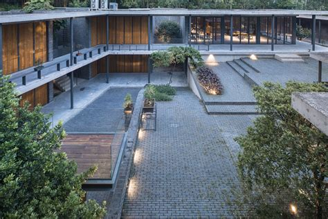 Steel Concrete And Home With Central Courtyard by Veranda Courthouse By O Office Architects Architecture