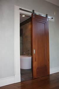 la porte coulissante pour la salle de bain rail en bois With porte coulissante sur rail