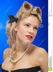 Coiffure Des Années 50 : fille mignonne d 39 ann es 39 50 avec la coiffure de roulis de victoire images libres de droits ~ Melissatoandfro.com Idées de Décoration