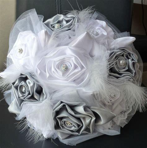coussin alliances gris et lafeecouturiere bouquets de mariée en plumes cmonsite