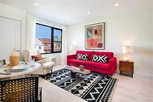 Rotes Sofa Welche Wandfarbe : rotes sofa mit schwarz wei en kissen und hnlichem teppich garten und wohnen pinterest ~ Bigdaddyawards.com Haus und Dekorationen