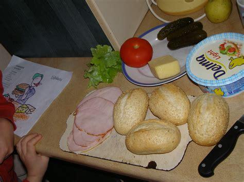 Bērni taisa sviestmaizes