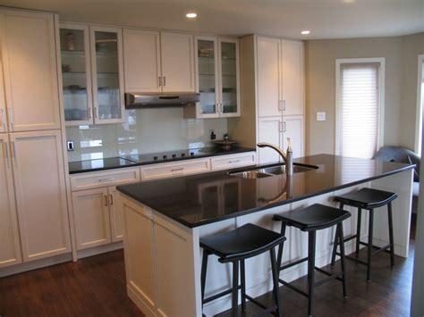 Cabinets: Maple   Cornsilk / Countertops: Cambrian Quartz