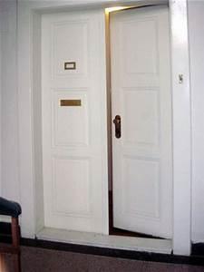 Vstupní dveře do bytu v paneláku