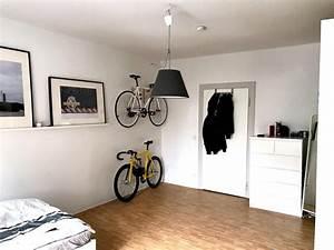 Zimmer Größer Wirken Lassen : coole idee um fahrr der im wg zimmer zu verstauen helle w nde und ein sch ner parkett boden ~ Bigdaddyawards.com Haus und Dekorationen