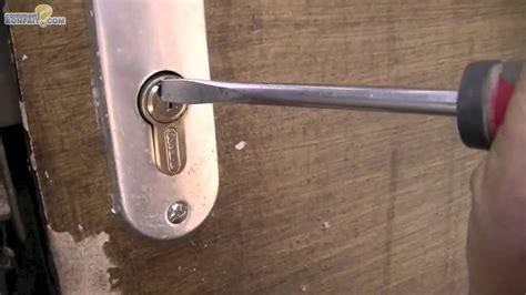 comment ouvrir une porte de chambre serrure cassée porte fermée rayon braquage voiture norme