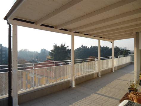 copertura tettoia tettoia in legno per eterno su balcone finitura bianco