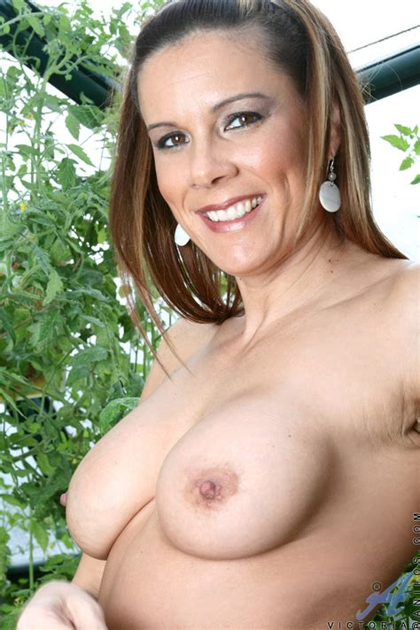Brunette Anilos Victoria Loves To Expose Her Experienced