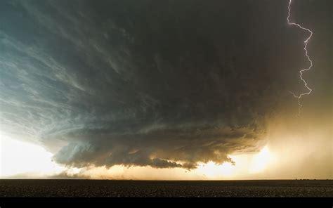 mind blowing supercell thunderstorm filmed  booker