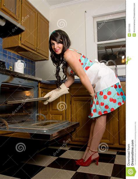 femme dans la cuisine femme magnifique dans la cuisine photo libre de droits