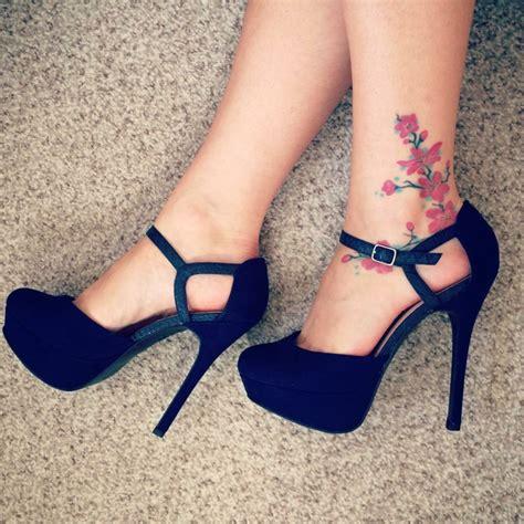 tatuaggio caviglia fiori foto tatuaggio rosa dei venti o stella polare sulla