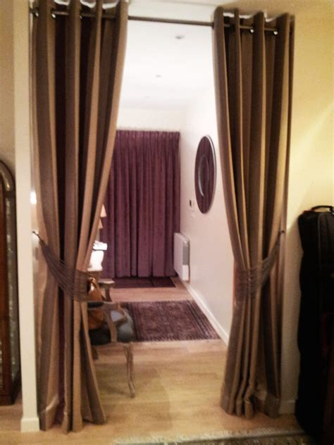comment habiller votre porte dentree avec  rideau