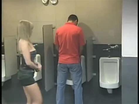 donna scopata in bagno una ragazza entra nel bagno degli uomini per fare pip 236