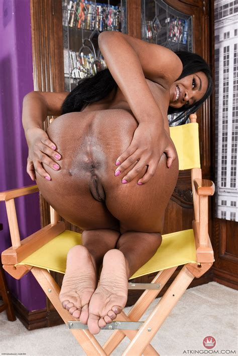 Black Amateur daya knight Shows Off Her Bald Pussy In Her
