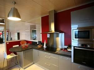 Cuisine moderne avec mur peint en rouge et verrière ...