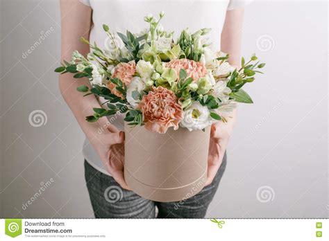 bloemen in box work florist bouquet in a round box smelling flowers