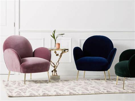 un fauteuil velours et or le chic dans le salon joli place
