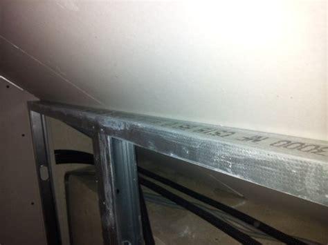 comment fixer facilement et rapidement un rail pour placo sous un rant de toiture reussir