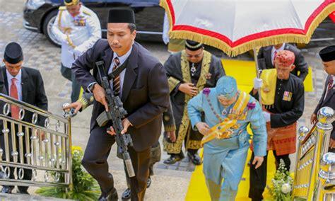 gambar sultan kelantan bersama pengawal bersenjata mula