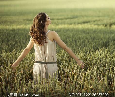 张开双臂拥抱大自然的美女倩影图片 - 大图网设计素材下载