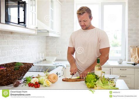 l amour dans la cuisine homme bel faisant cuire à la maison préparer la salade