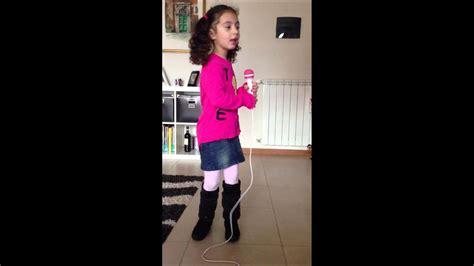 Poltroncina Per Bambini Di Hello Kitty : Bellissima Voce Di Una Bambina Di 4 Anni Al Microfono Di
