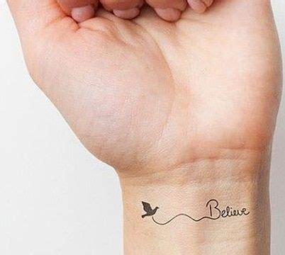 Tatuajes femeninos en la muñeca de corazon e infinito