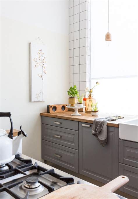 cuisine avec des meubles rustiques peints en gris