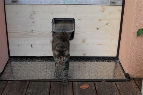 balkon katzentuer katzenklappe fuer den zugang ins freie