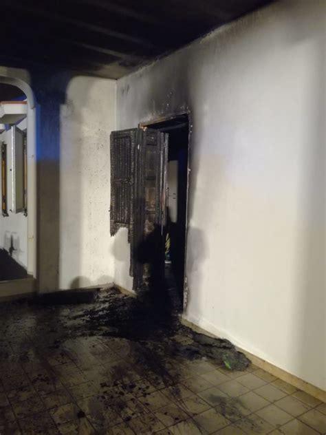 ingresso abitazione a fuoco porta di ingresso di abitazione a torre santa sabina