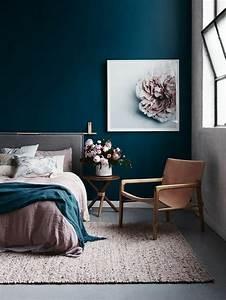 Mur Bleu Pétrole : peinture chambre adulte avec mur en bleu p trole et grand tableau avec une fleur au cadre blanc ~ Melissatoandfro.com Idées de Décoration