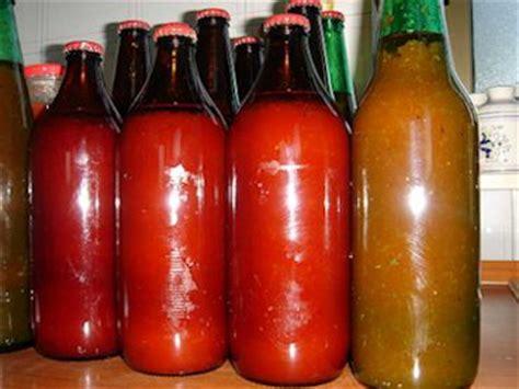 conserve fatte  casa pomodori  bottiglia