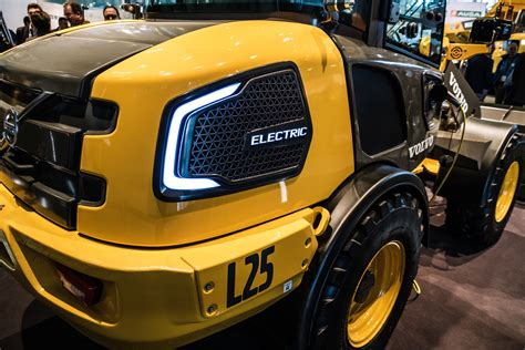 volvo ce unveils fully electric ecr excavator  wheel