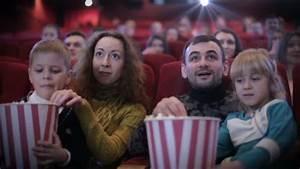 Le Family Cinema : famille dans le cin ma en mangeant des popcorn vid o ~ Melissatoandfro.com Idées de Décoration