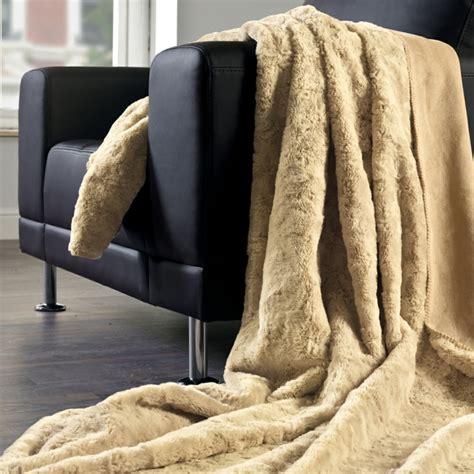 grand plaid pour canapé pas cher le meilleur plaid en fourrure en 40 photos inspirantes