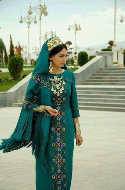 Turkmen woman in her turkmen traditional dress Vestidos